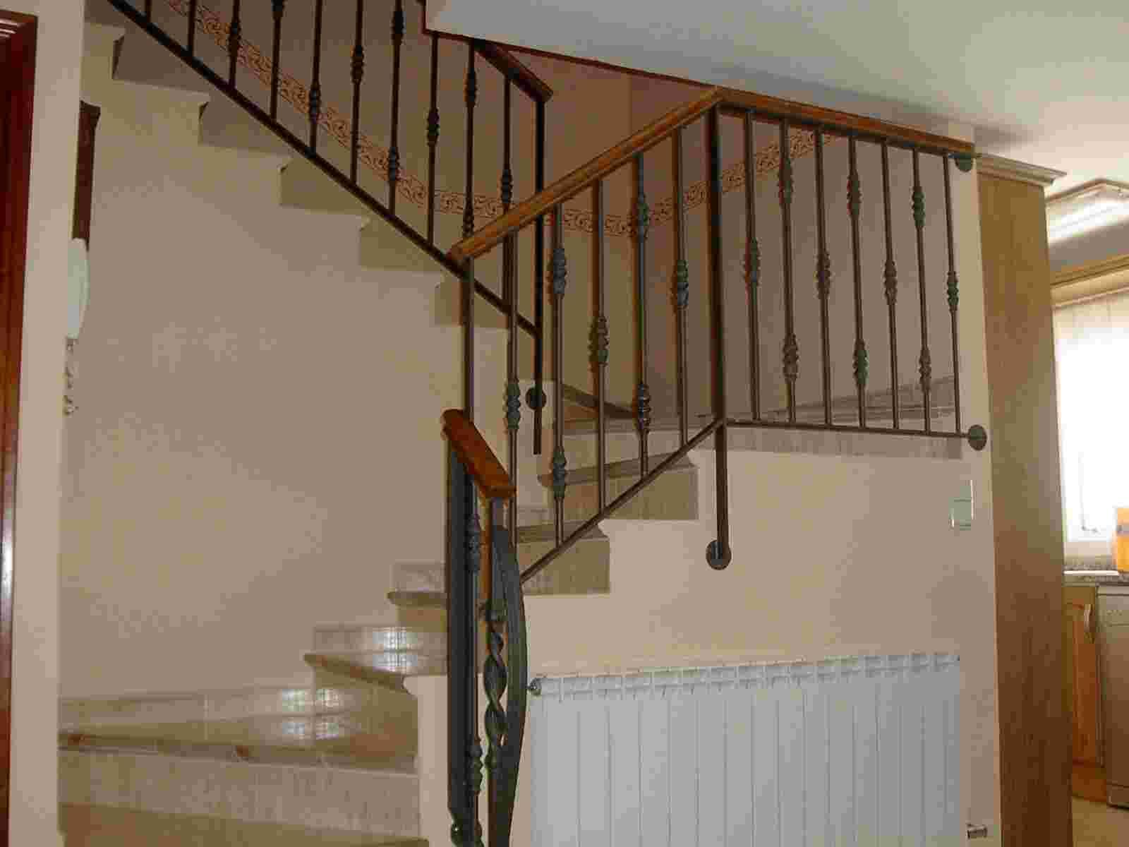 Escaleras de hierro y madera para interiores dise os for Barandas de madera para escaleras interiores